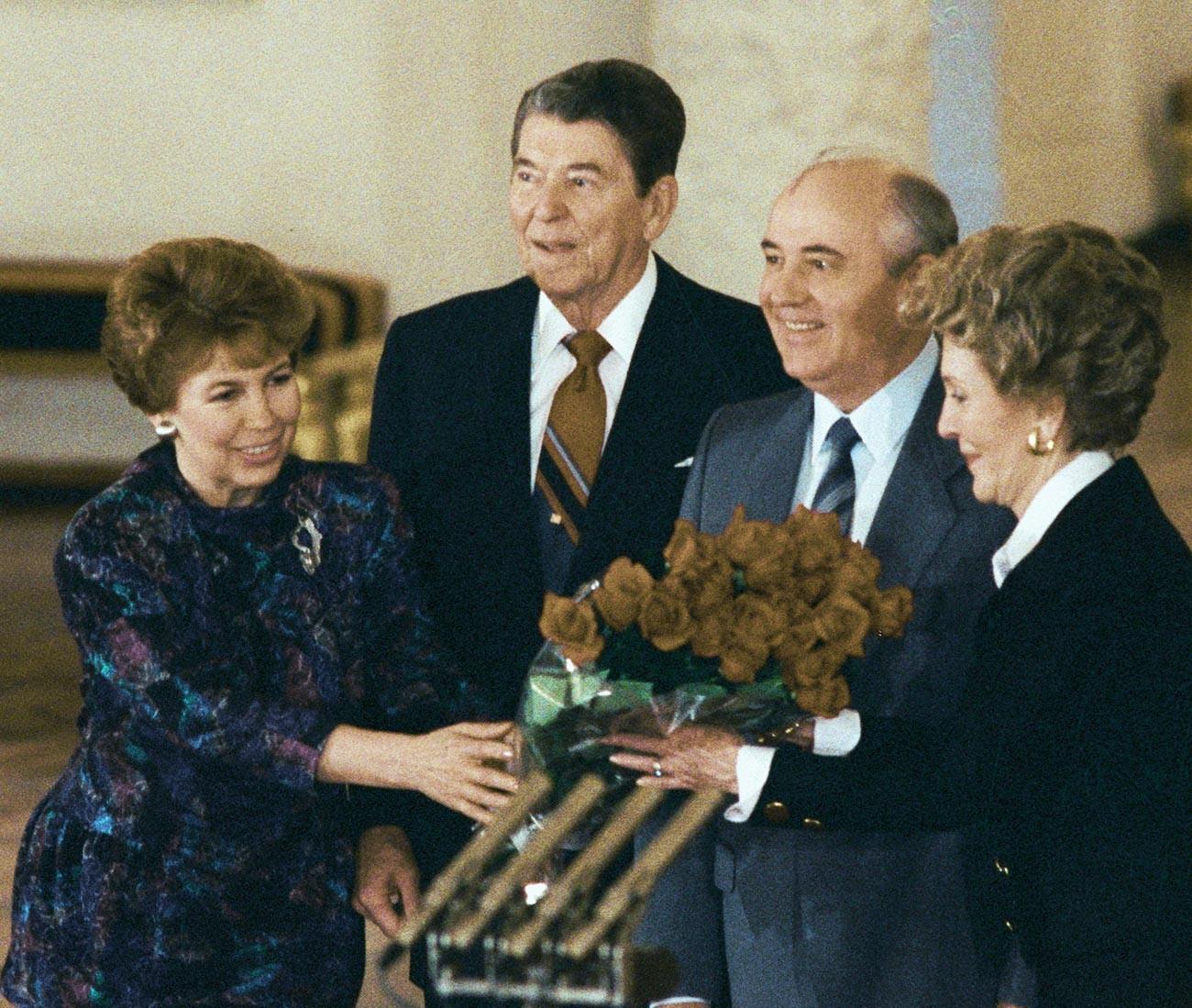 Il Segretario generale del PCUS Mikhail Gorbachev (il secondo da destra) e il presidente USA Ronald Reagan (al centro) insieme alle rispettive consorti durante un incontro al Cremlino, in occasione di una visita ufficiale di Reagan in URSS, 1988