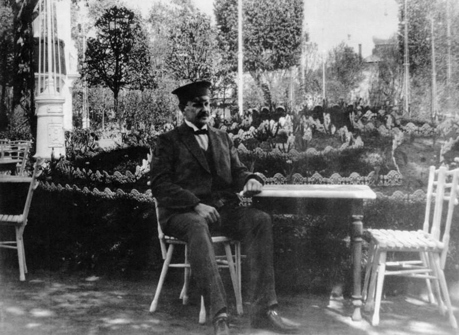 Jakov Shchukin nel giardino dell'Ermitage