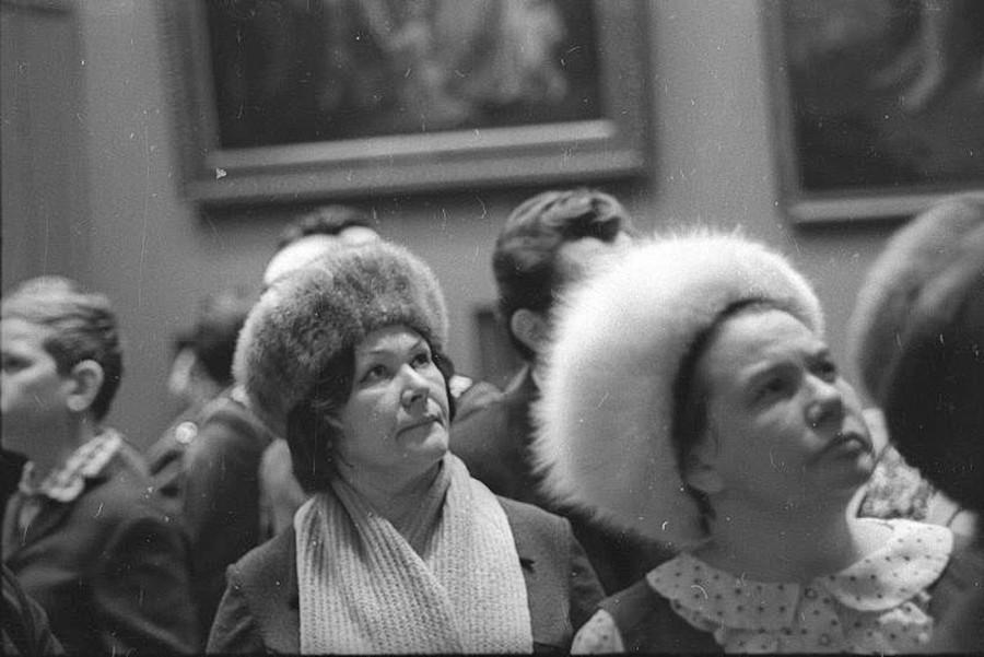 Посетители в Третьяковской галерее.