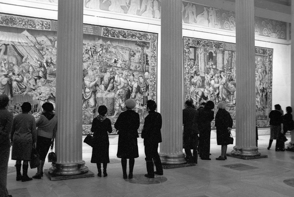 Посетители Государственного музея изобразительных искусств имени Александра Сергеевича Пушкина осматривают экспозицию выставки