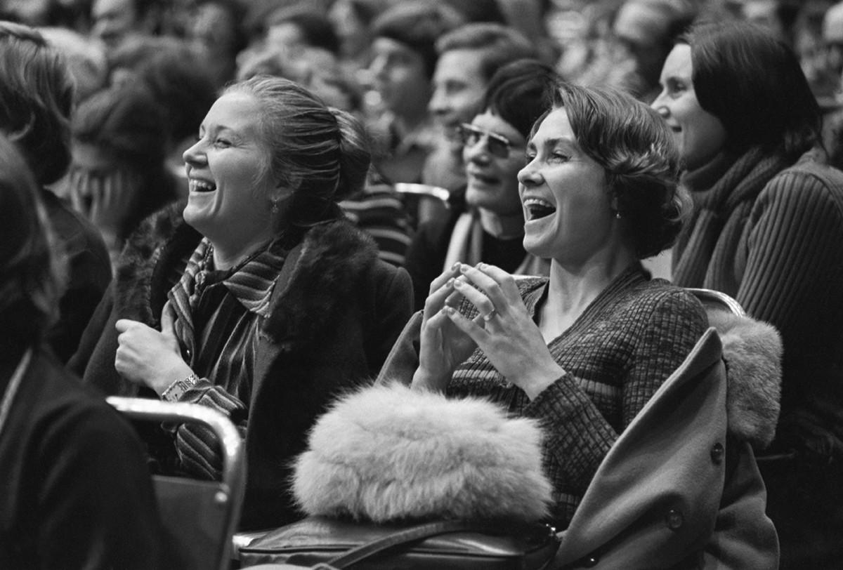 Москва. 28 ноября 1976 г. Зрительский зал во время Большого вечера поэзии во Дворце спорта Центрального стадиона имени В.И. Ленина.
