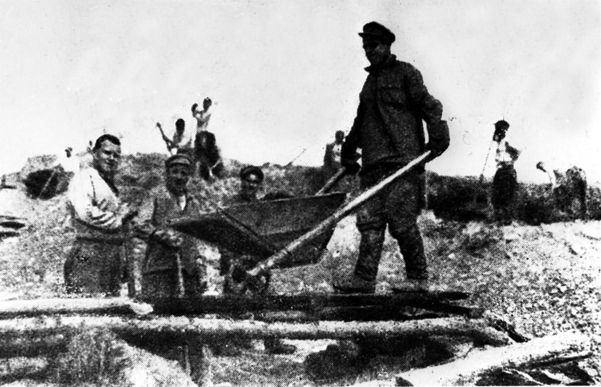 Des ouvriers utilisant des outils primitifs pour l'extraction de l'or dans la région de Magadan