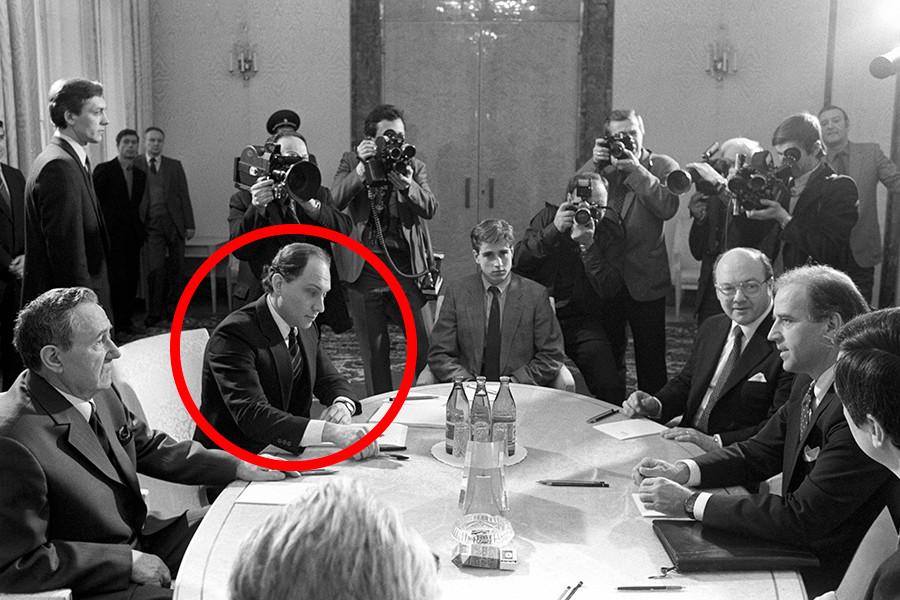 Der Vorsitzende des Obersten Sowjets der UdSSR, Andrei Gromyko (l), und der US-Senator, Joseph Biden (R), führen Verhandlungen über die Ratifizierung des Mittelstrecken-Nuklearstreitkräfte-Vertrags. Wiktor Prokofjew begleitet Andrei Gromyko.