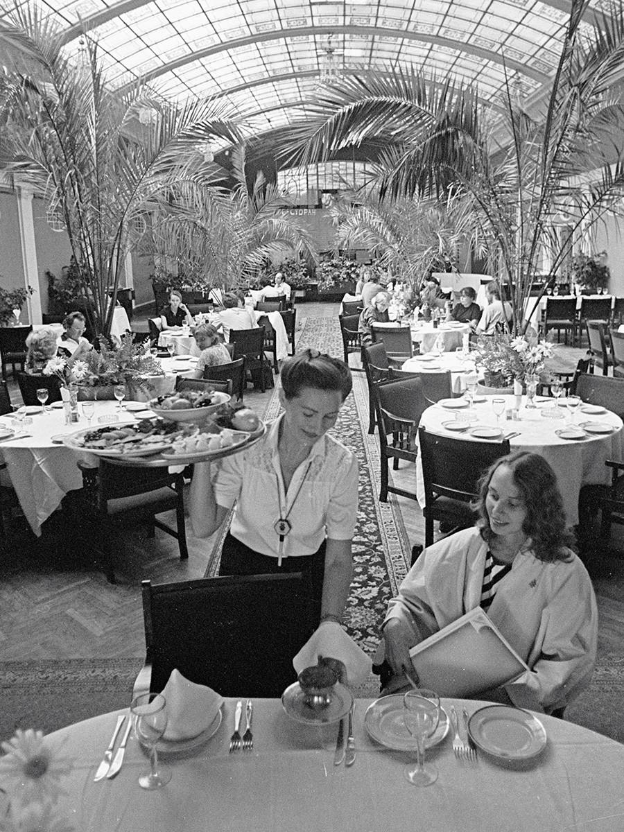 "Летња башта ресторана ""Крыша"" у хотелу ""Европейская"" (данас Гранд Хотел ""Европа""), 1985."