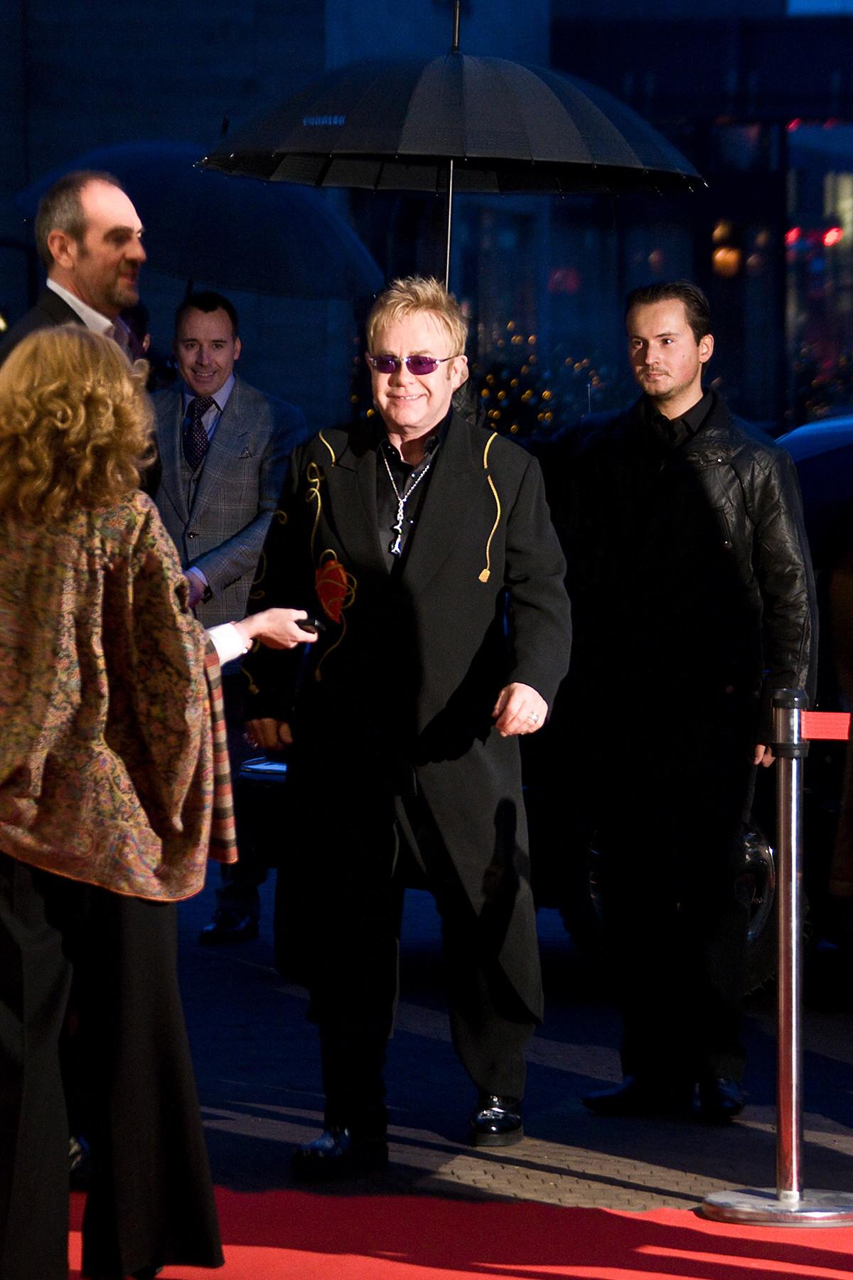 Elton John sebelum konser di Barvikha Luxury Village.