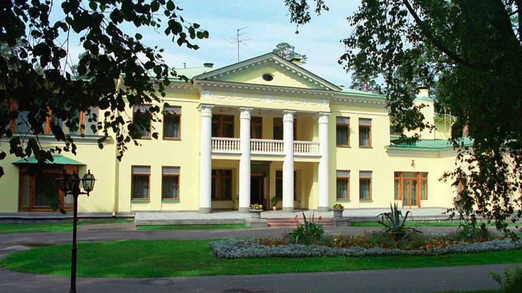 Residen Novo-Ogarevo milik negara di permukiman perdesaan Barvikhinskoye.