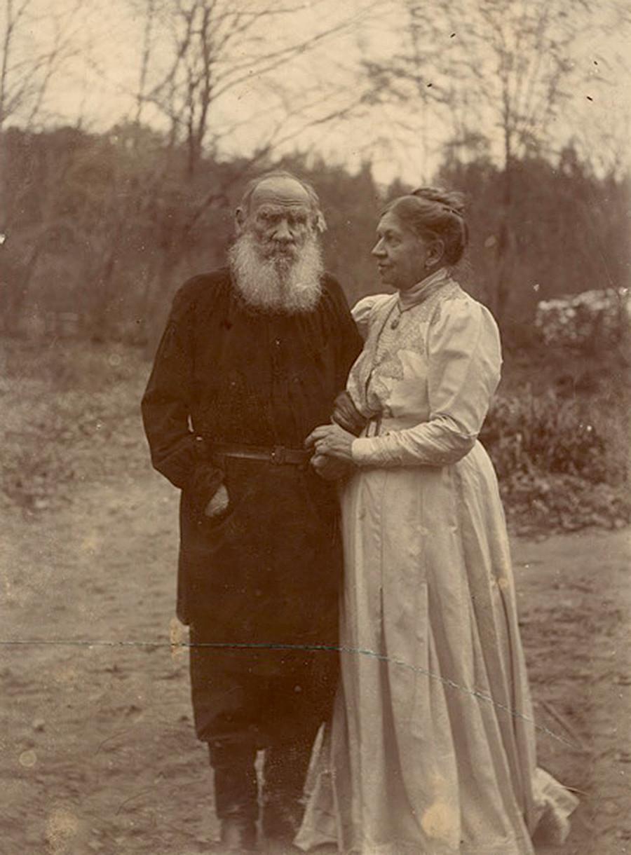 Lev Tolstói y su esposa Sofia fotografiados en el 48 º aniversario de su matrimonio
