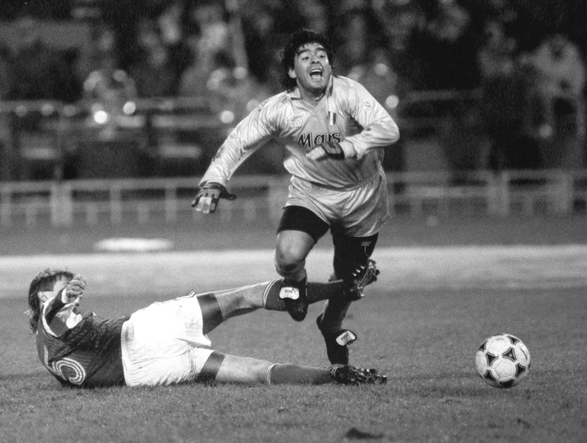 Boris Pozdnjakov ferma in tackle Maradona in Spartak Mosca-Napoli