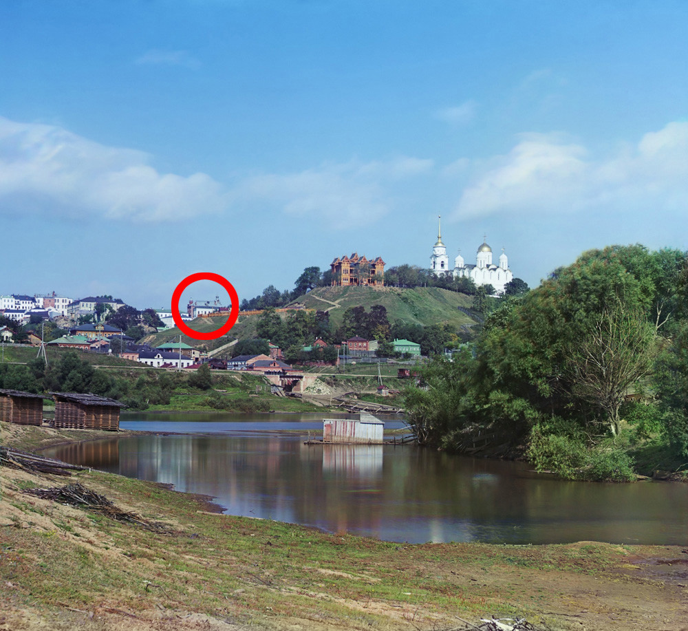 Panorama deVladimir. Vue vers le nord depuis la rive droite de la rivière Kliazma. Centre gauche (en cercle) : bâtiment du conseil municipal en briques rouges (partiellement visible). En haut à droite : cathédrale de la Dormition
