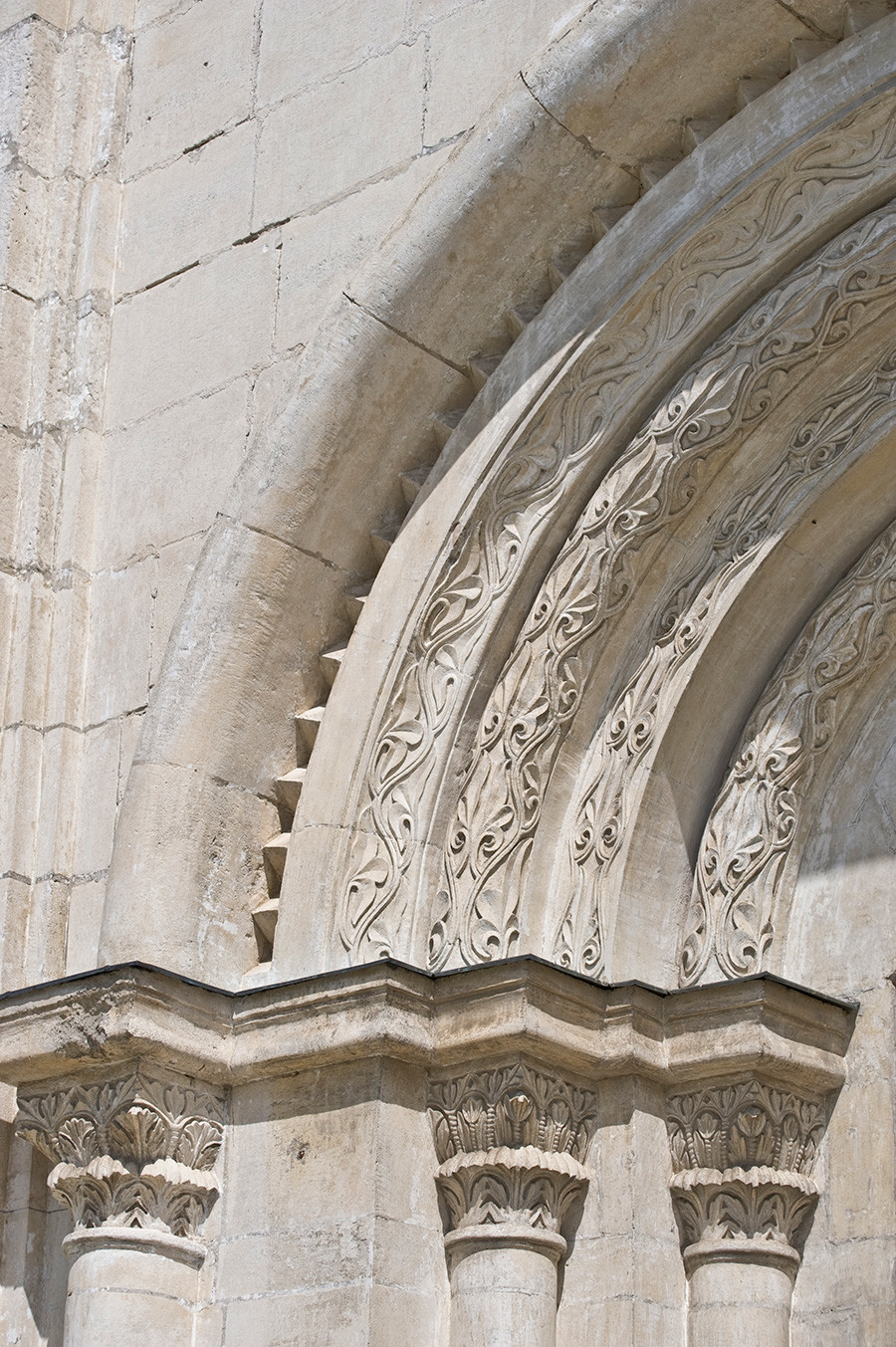Cathédrale de la Dormition, portail principal, arcades en pierres sculptées