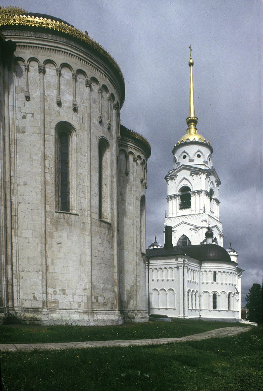Cathédrale de la Dormition, abside, vue vers le nord-est. À droite : mur est de l'église de Saint-Georges