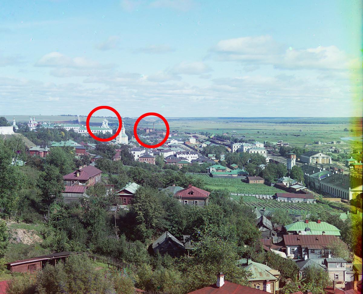 Panorama deVladimir. Vue vers l'est sur la rive droite de la rivière Kliazma. En haut à gauche : cathédrale de la Dormition (partiellement masquée). Centre : église des femmes portant la myrrhe (démolie) et église de la Dormition (en cercle)