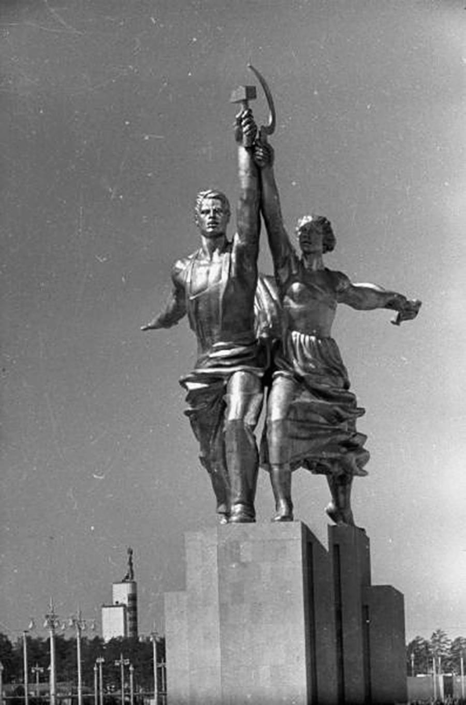 """Скулптура """"Радник и колхозница"""" стоји на ниској бетонској основи, 1939."""