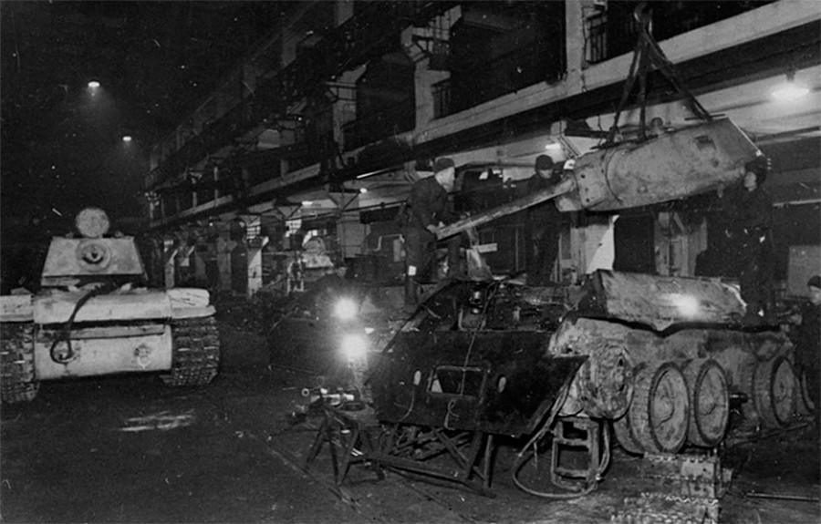 """Радници """"Српа и чекића"""" поправљају тенкове током Великог отаџбинског рата."""