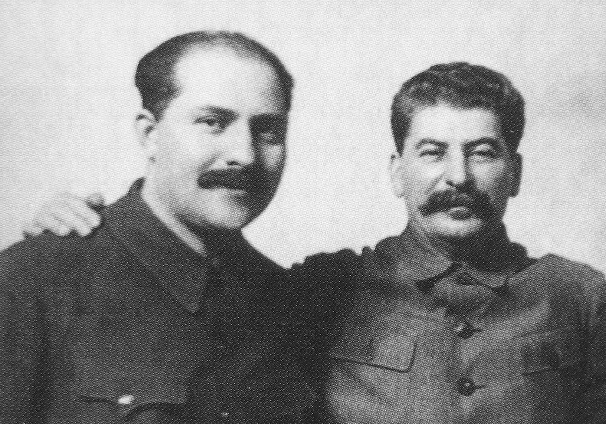 Lazar Kaganovitch (esq.) e Ióssif Stálin.