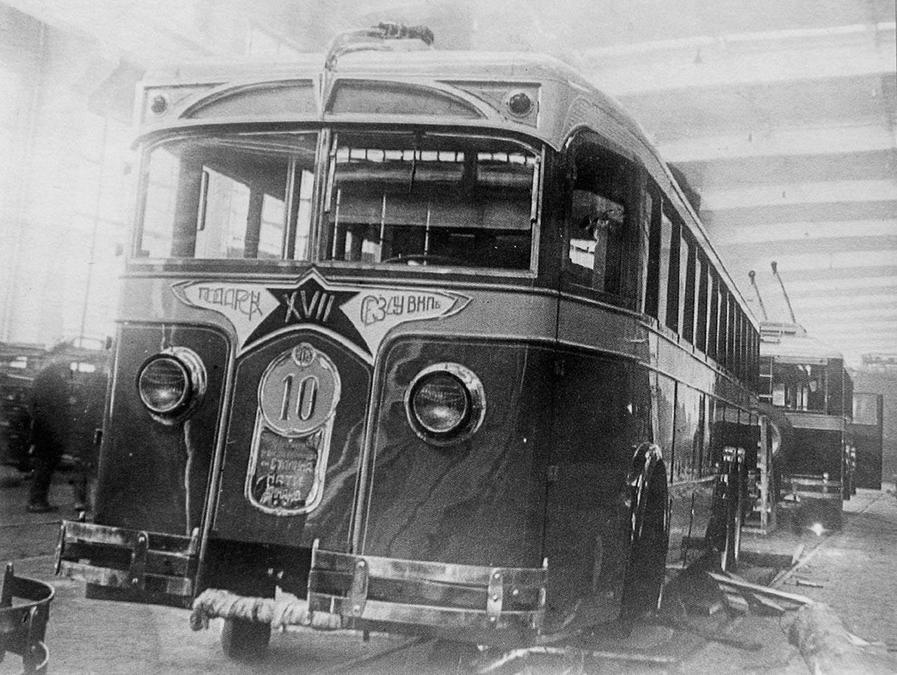 Il primo filobus LK-1 entrato in circolazione sulle strade della capitale russa. Mosca, 1934