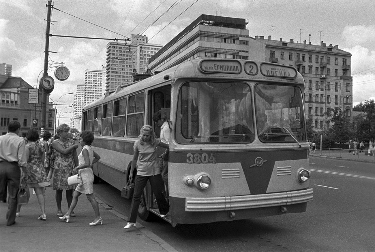 Il filobus TsIU-5 sulla Prospettiva Kalinin (oggi Ulitsa Vozdvizhenka); sullo sfondo, i grattacieli della Nuova Arbat
