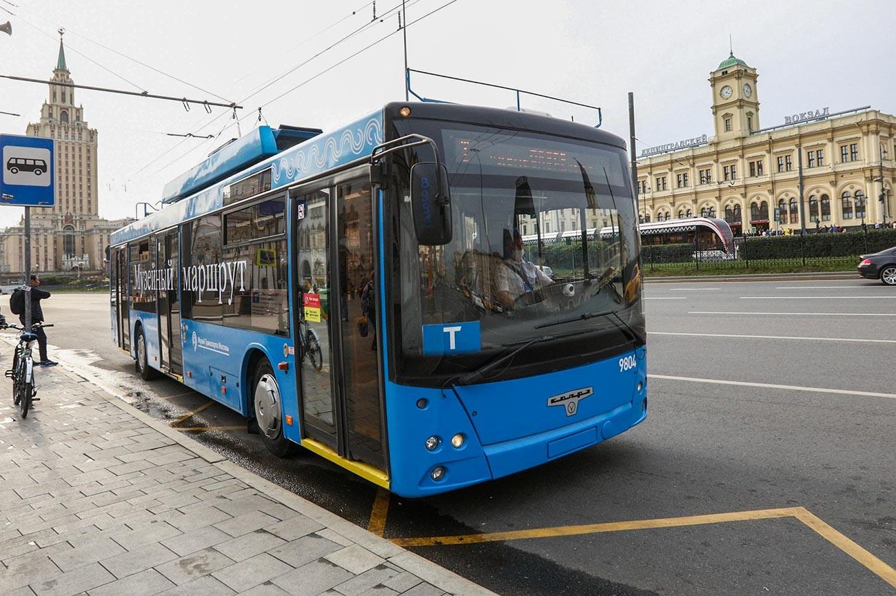Un filobus per le strade del centro di Mosca