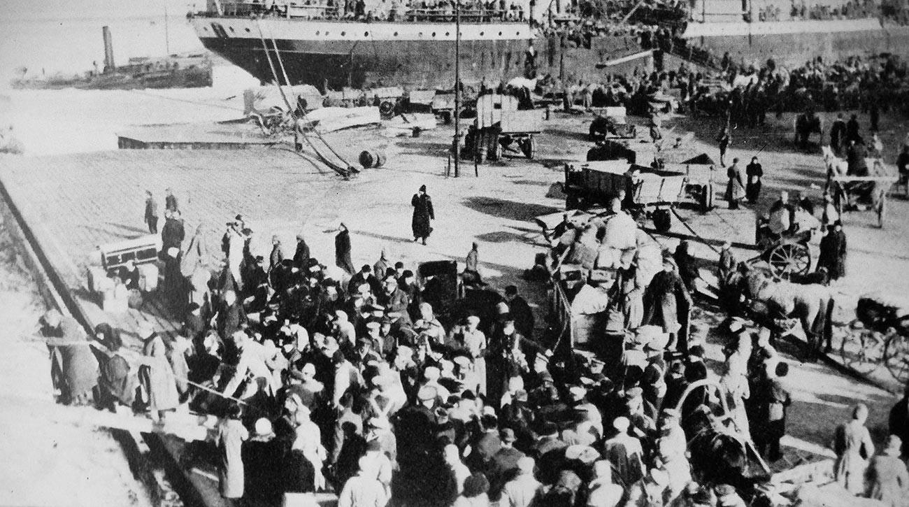 避難の様子、背景に写るのは英国の輸送船「リオ・ネグロ」号