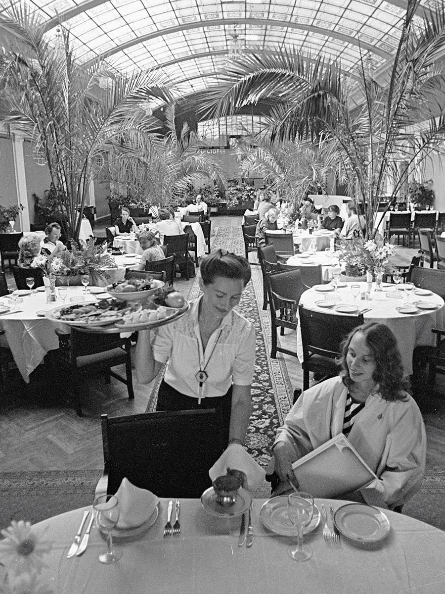 """Летна бавча на ресторанот """"Криша"""" во хотелот """"Европејскаја"""" (денес Гранд Хотел """"Европа""""), 1985."""