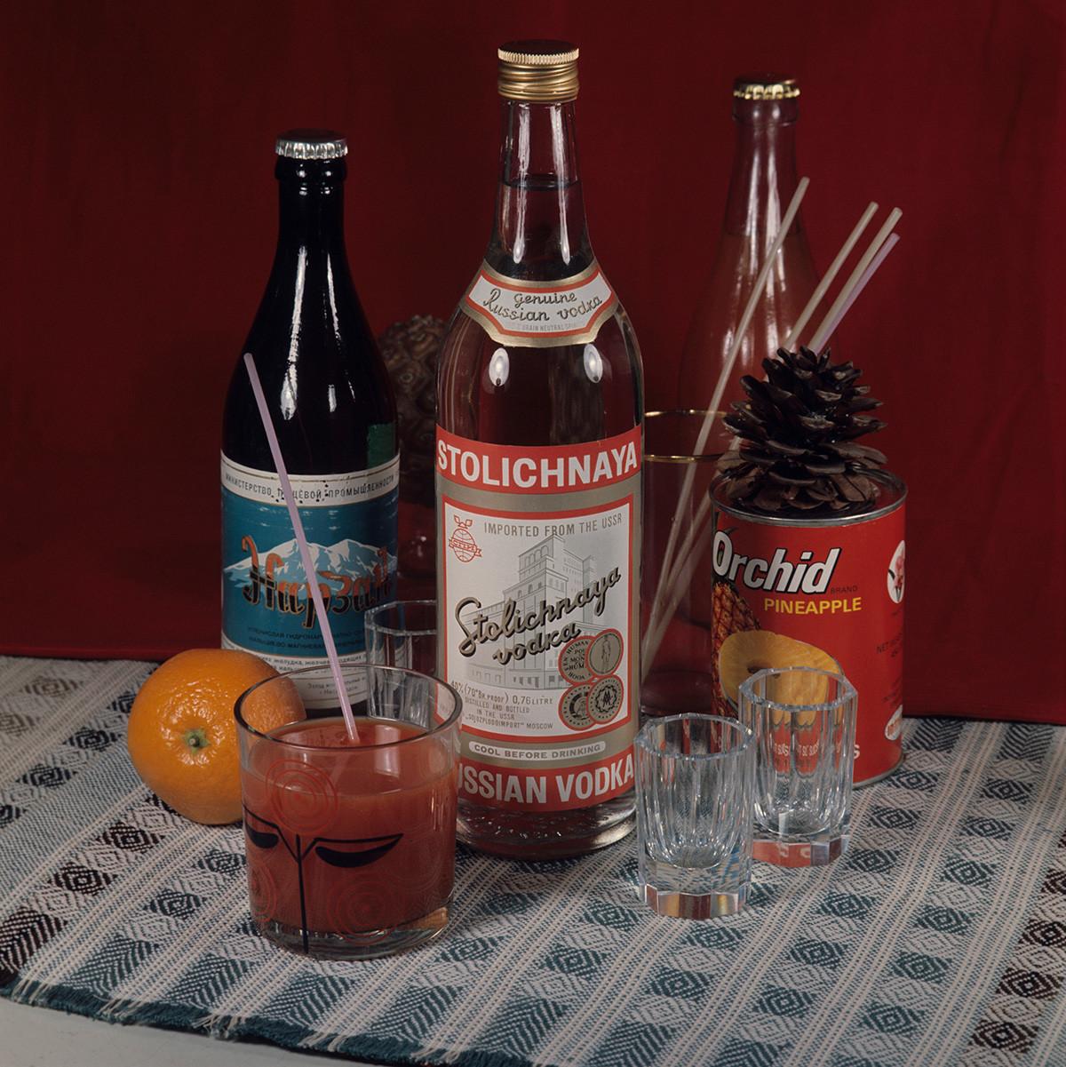 """Состојки на алкохолните коктели на ресторанот """"Метропол"""": вотка """"Кристал"""", минерална вода """"Нарзан"""", конзервиран ананас, лимон и сок од домати, 1983."""