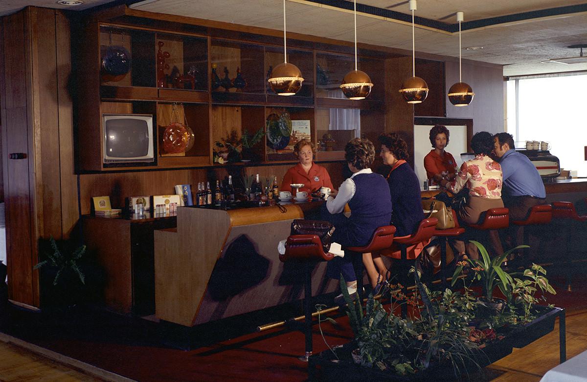 Bar de l'hôtel Intourist, à Moscou. 1974