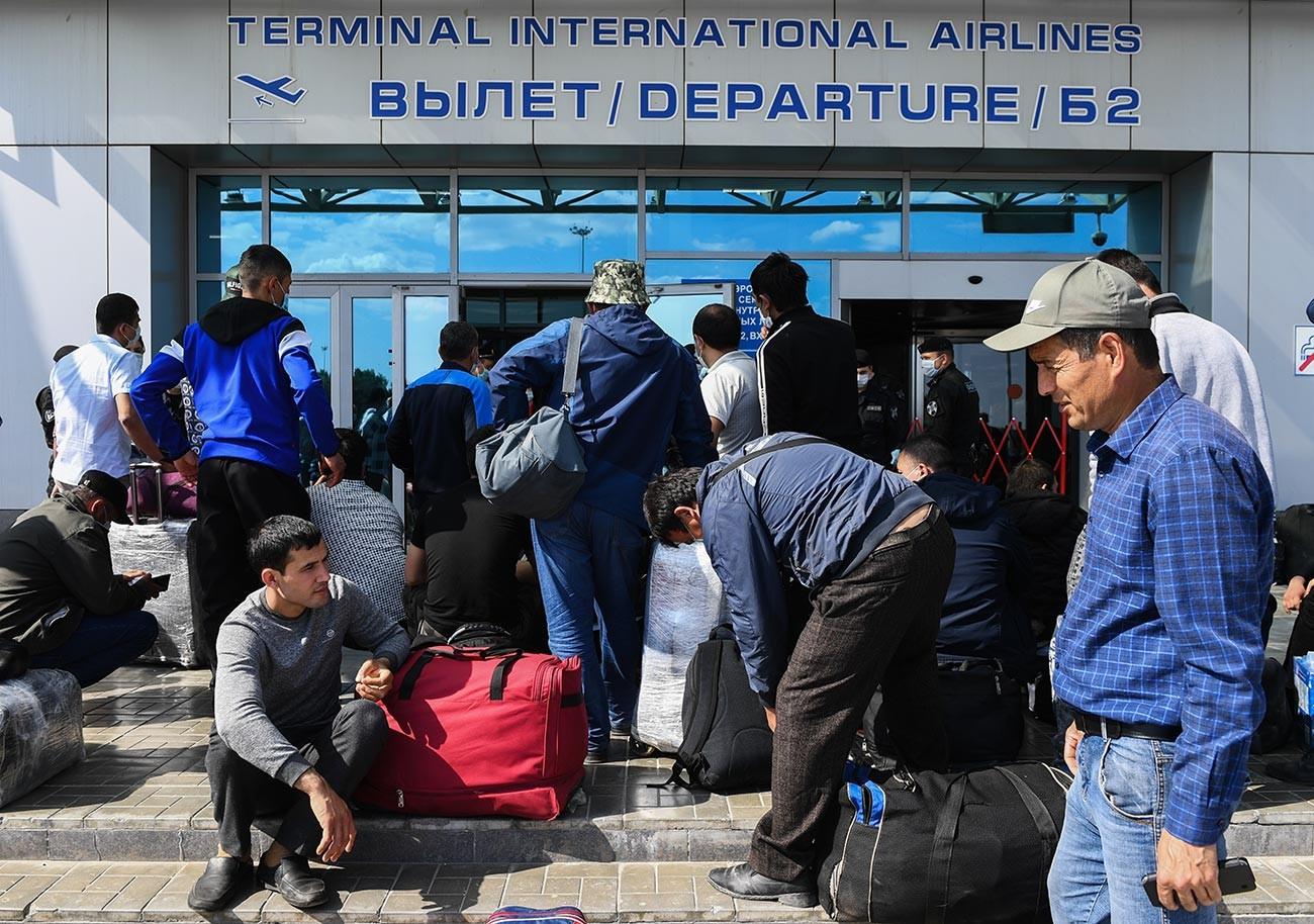 Узбекски граждани се редят на опашката пред входа на международния терминал на летище Толмачово в Новосибирск.