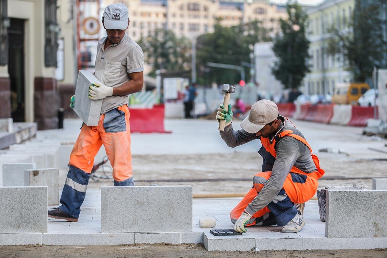 Работници, ангажирани с подобряването на улиците в центъра на Москва