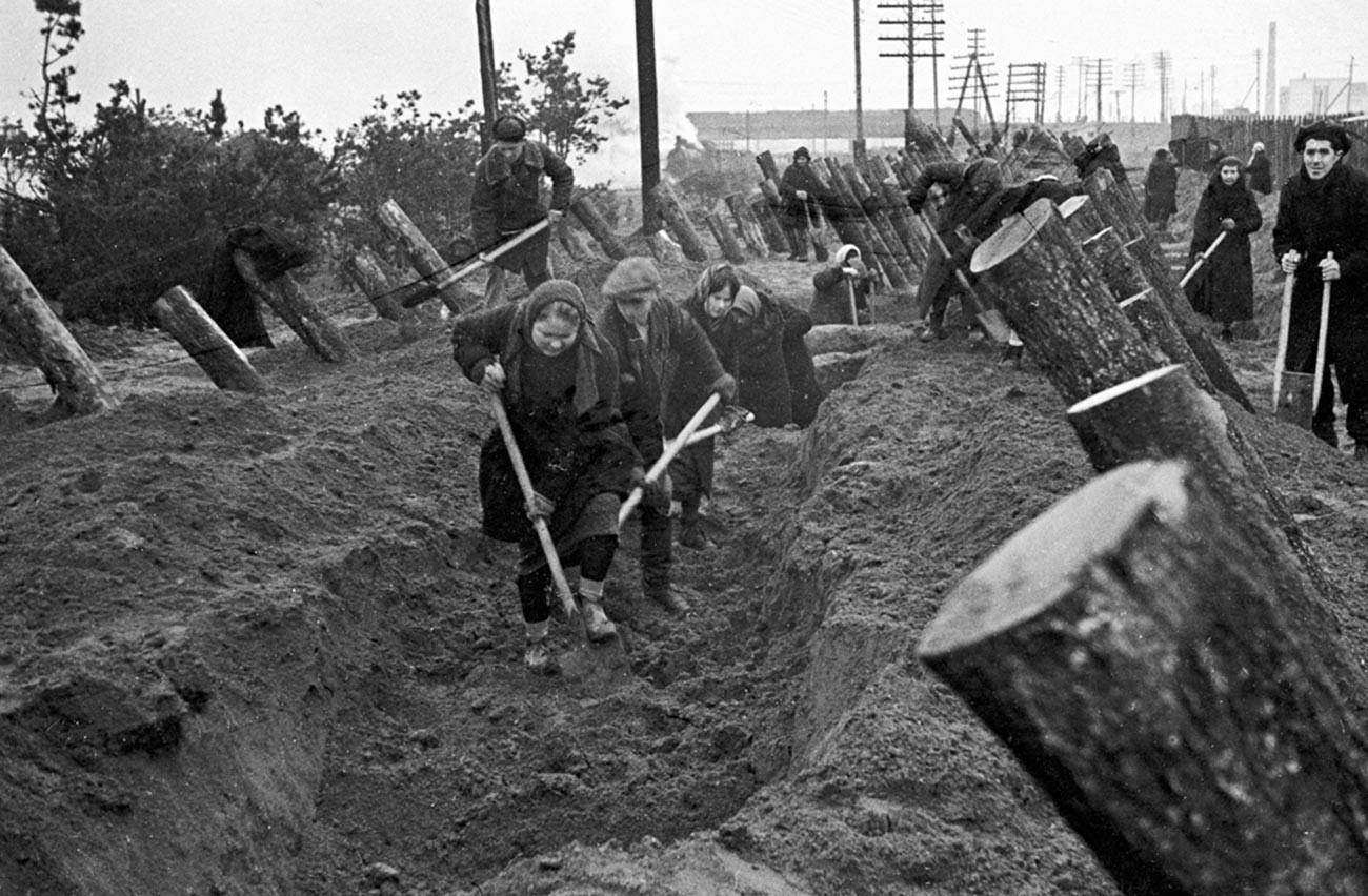 Москвичи на строительстве оборонительных сооружений.