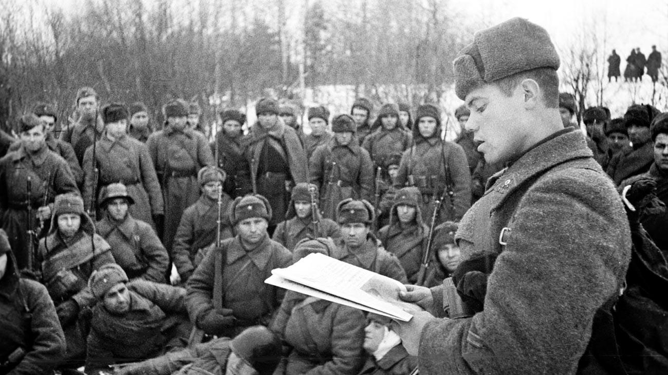 Советский командир зачитывает речь Сталина во время боев за Москву.