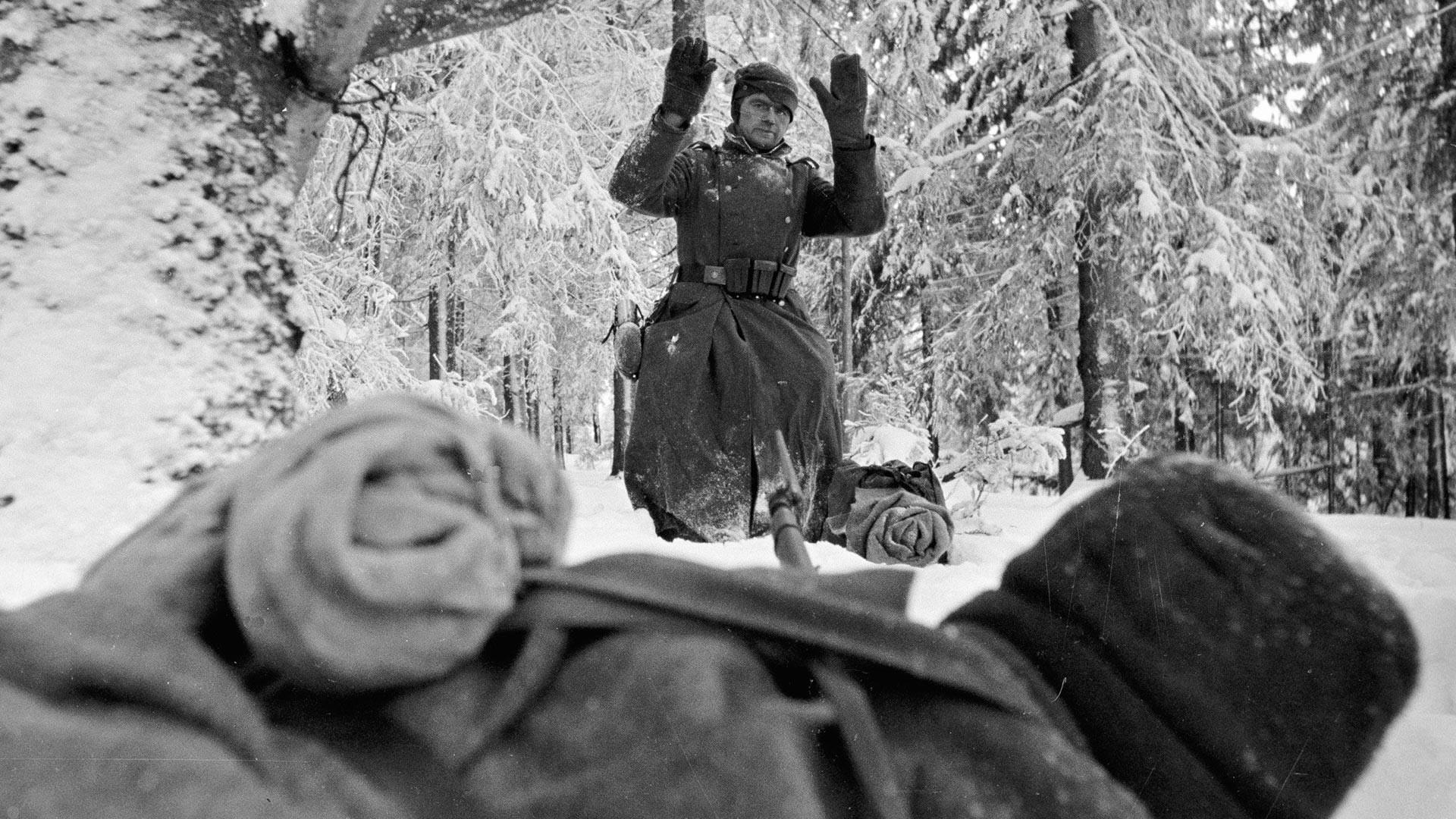 Немецкий солдат сдается в плен в районе Солнечногорска.