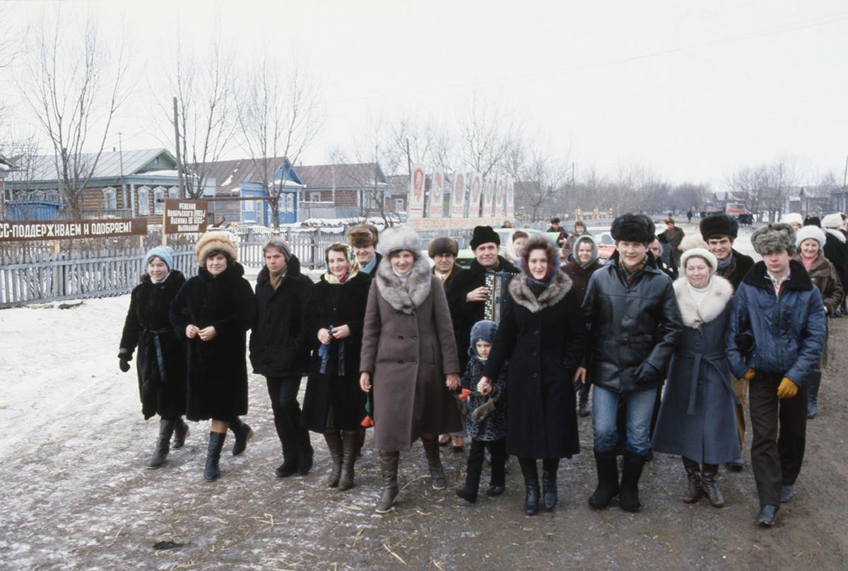 Los trabajadores de la Granja Colectiva Tumanovskiy del distrito de Arzamas de la región de Gorky van a las elecciones.