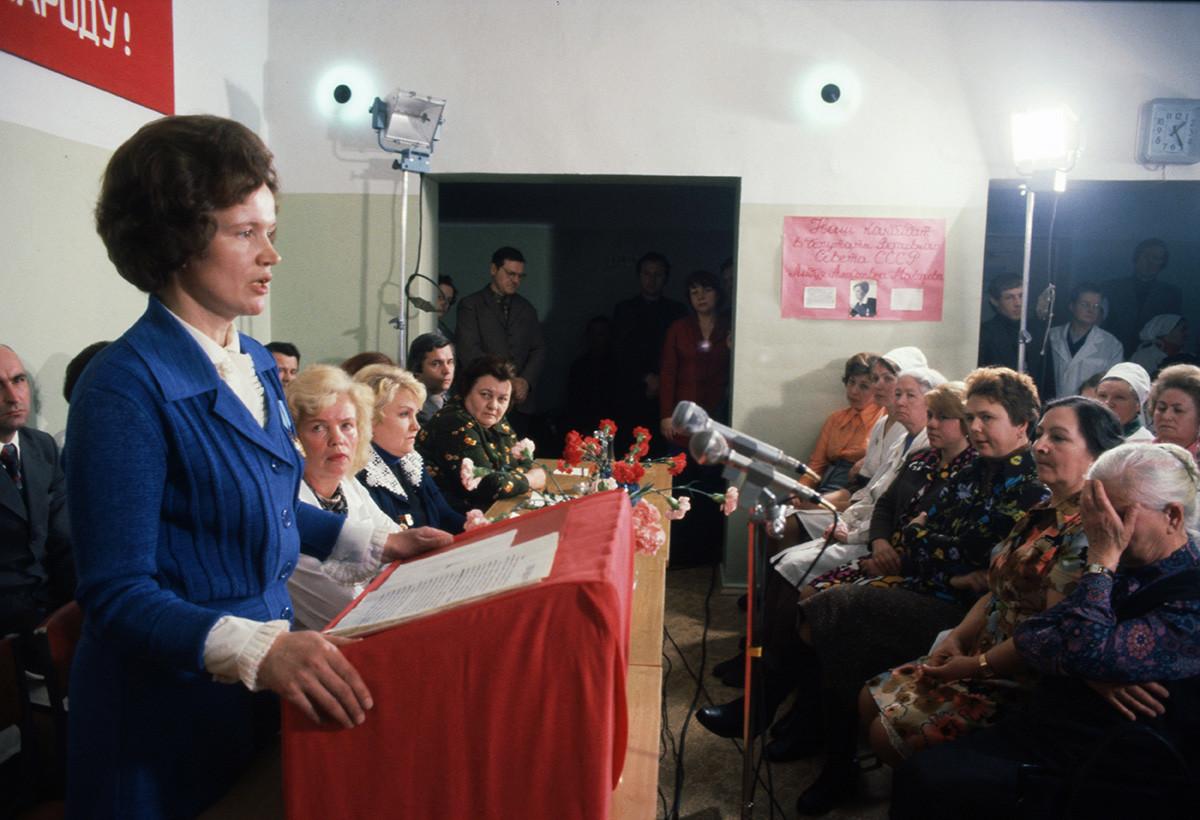 Un candidato al Soviet Supremo se dirige al pueblo soviético.