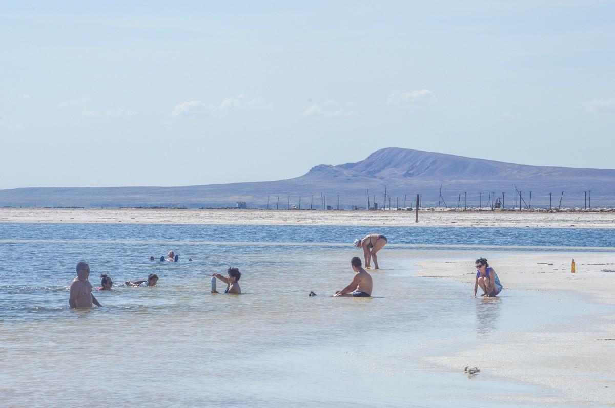 Nombreux sont néanmoins ceux venant simplement s'immerger dans ces eaux à la salinité plus élevée que celle de la mer Morte (30% contre 27,5%). Y flotter procure un surprenant aperçu de ce que peut être l'apesanteur, une impression renforcée par le lunaire paysage alentour.