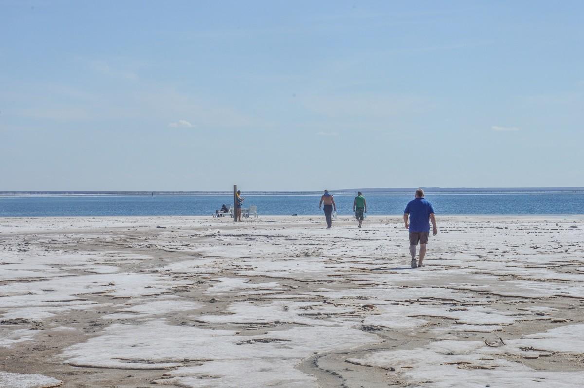 Cette bourgade de 2 500 âmes, perdue à 15 kilomètres de la frontière kazakhe, attire en effet de nombreux visiteurs, et ce, par sa principale curiosité: le lac Baskountchak. D'une superficie de 106km², y sont extraits près de 80% du sel produit en Russie, soit jusqu'à 5 millions de tonnes par an.