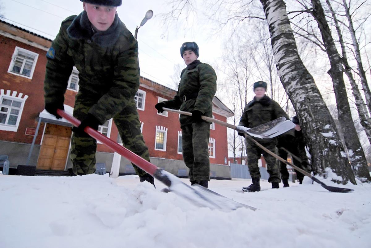Militari spalano la neve nella caserma del villaggio di Novoselitsij, nella regione di Novgorod