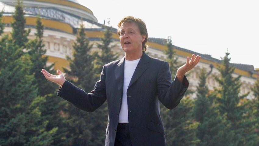 """Музикантът сър Пол Маккартни позира преди първия си концерт на Червения площад """"Back In The World 2003"""" на 24 май 2003 г. в Москва."""