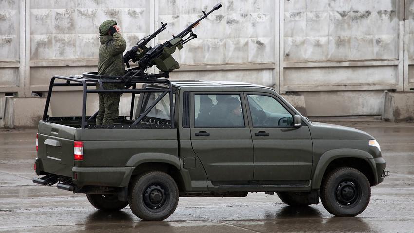 Pickup com metralhadoras Kord e Pecheneg.