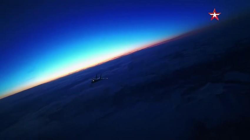 """Tangkapan layar dari video pencegatan pesawat """"musuh"""" di langit Kamchatka."""