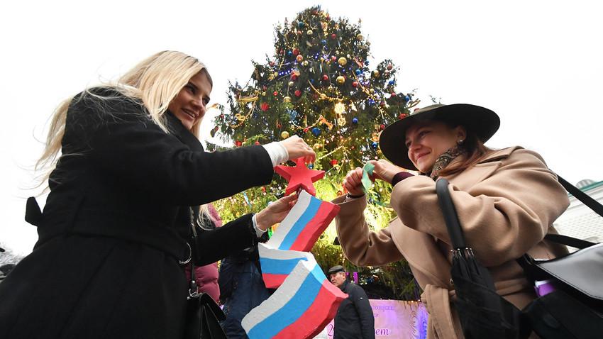 Декориране на главната новогодишна елха на Русия на площад Соборни в Кремъл, 2019 г.