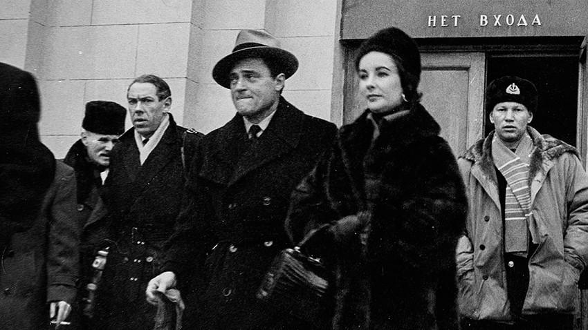 Elizabeth Taylor et son mari Eddie Fisher à leur arrivée à l'aéroport de Moscou, 1961