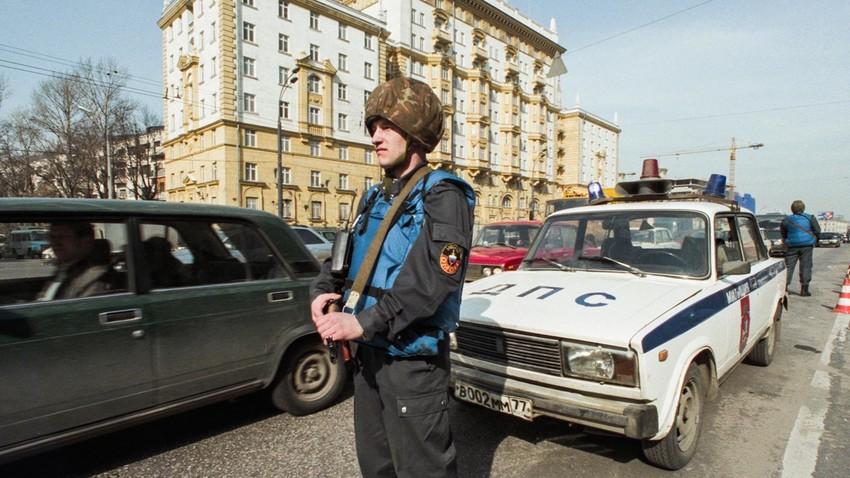 Въоръжена охрана пред американското посолство в Москва