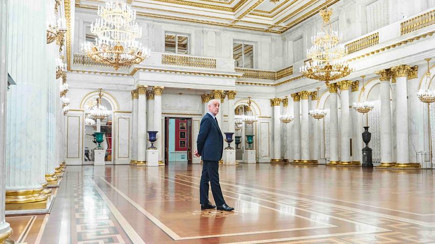 L'attore italiano Toni Servillo nel museo Ermitage di San Pietroburgo