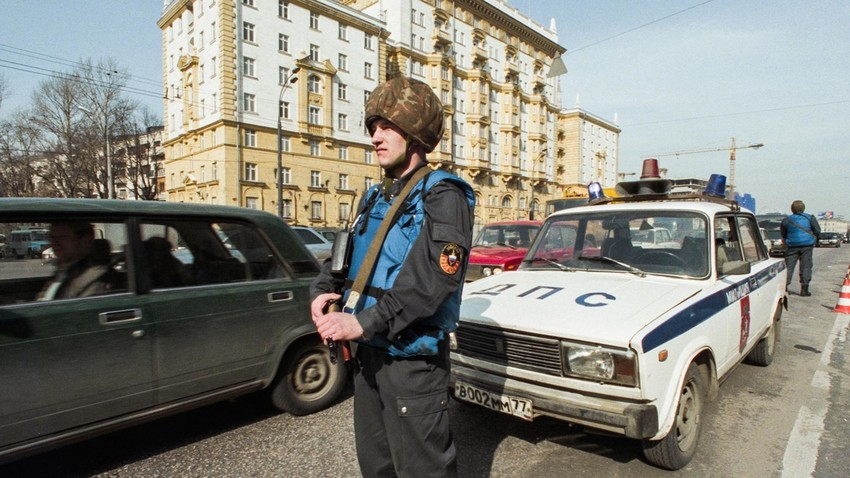 Gardes armés devant l'ambassade américaine à Moscou