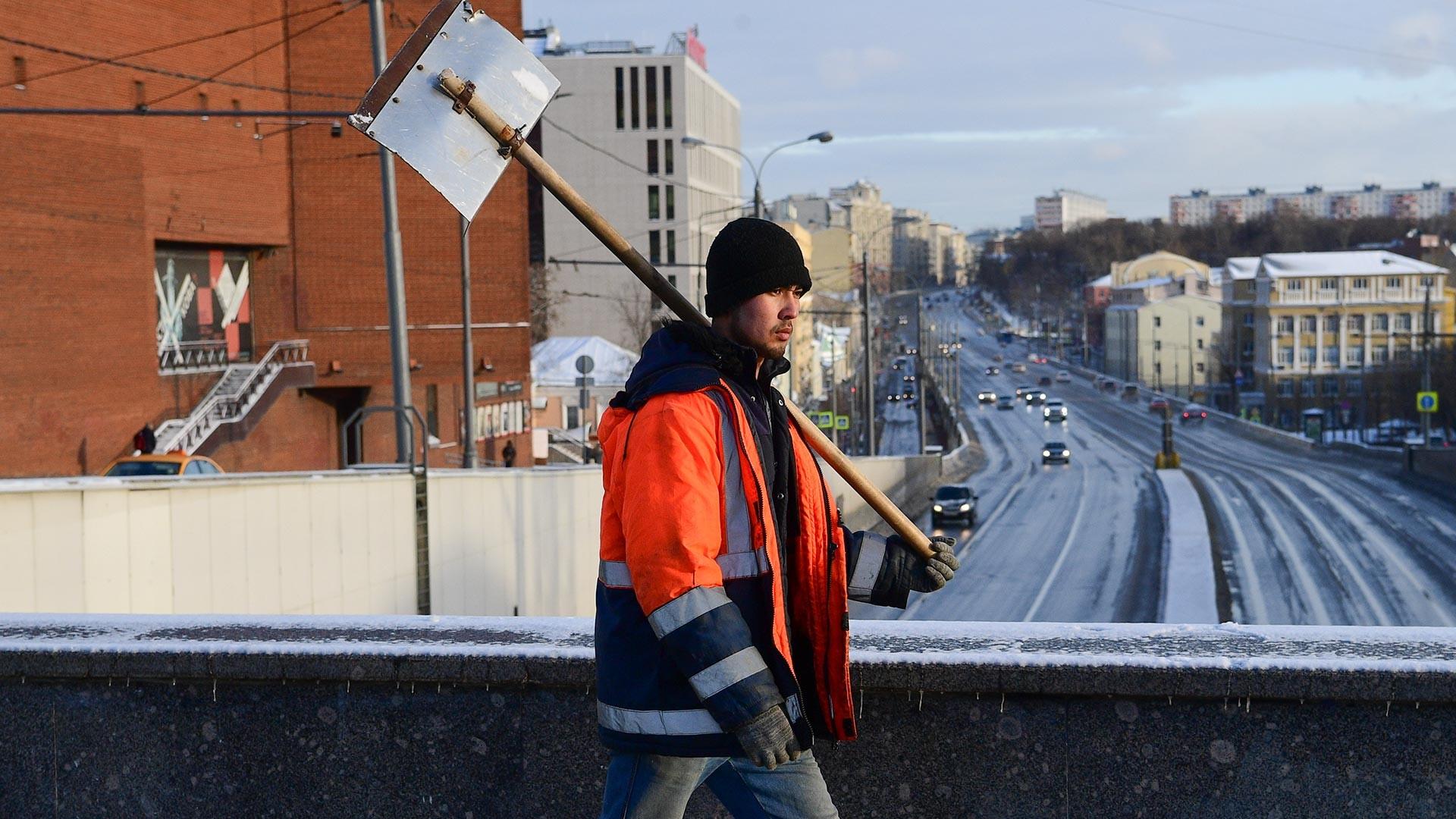 TKA sektor layanan prasarana dan sarana umum melintas di Jalan Zemlyanoy val, Moskow.