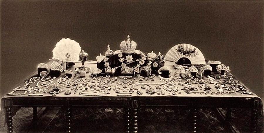Foto ini menunjukkan harta Romanov yang ditemukan oleh kaum Bolshevik dan hendak dijual.