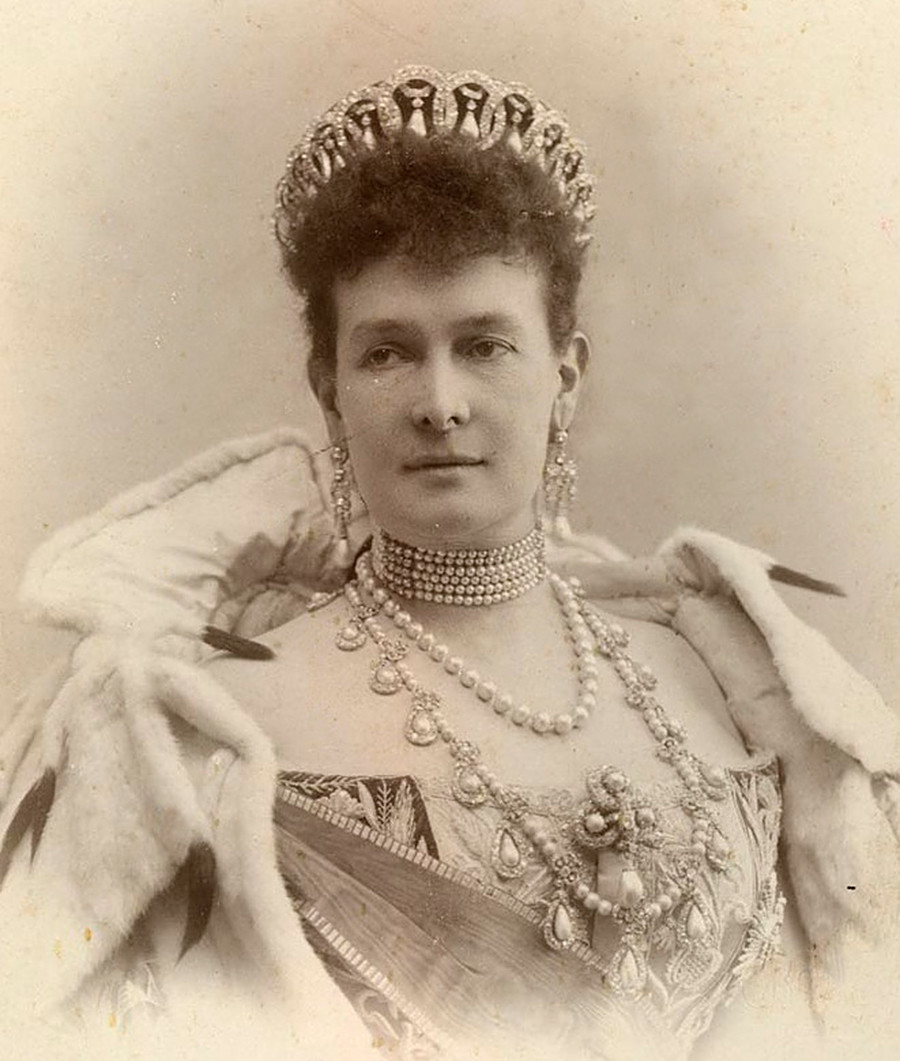 Potret Maria Pavlovna dengan tiaranya.