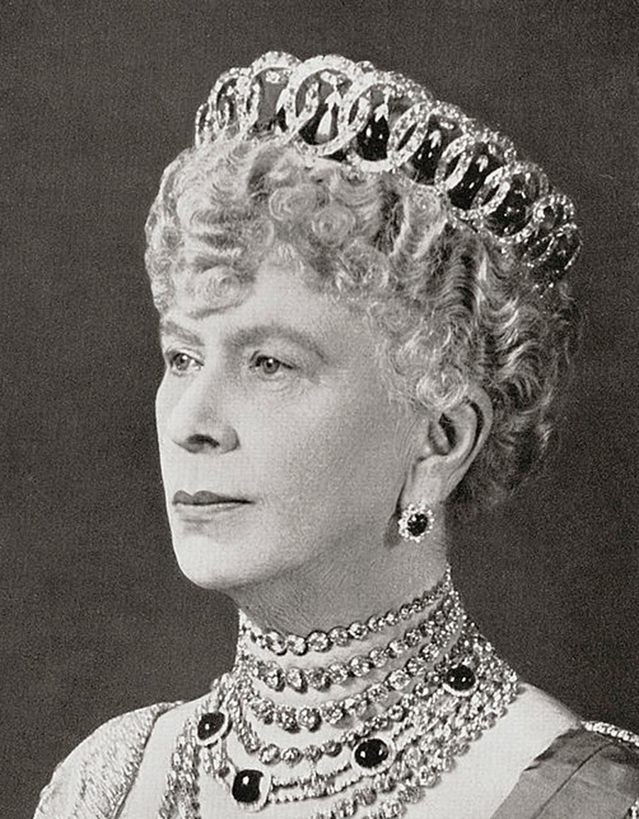 Mary dari Teck memakai tiara dengan butiran zamrud.