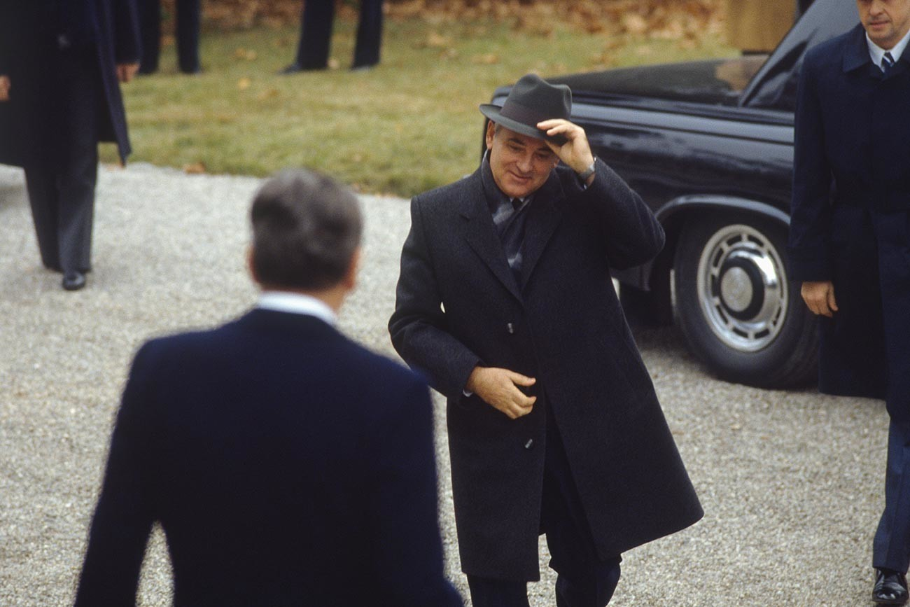 American President Ronald Reagan welcomes Russian leader Mikhail Gorbachev at la villa Fleur d'Eau in Geneva during a summit meeting.
