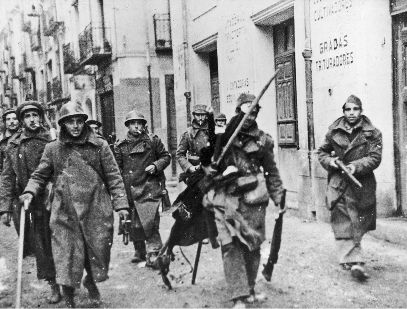 Републикански войници по улиците на Теруел, по време на завладяването на града